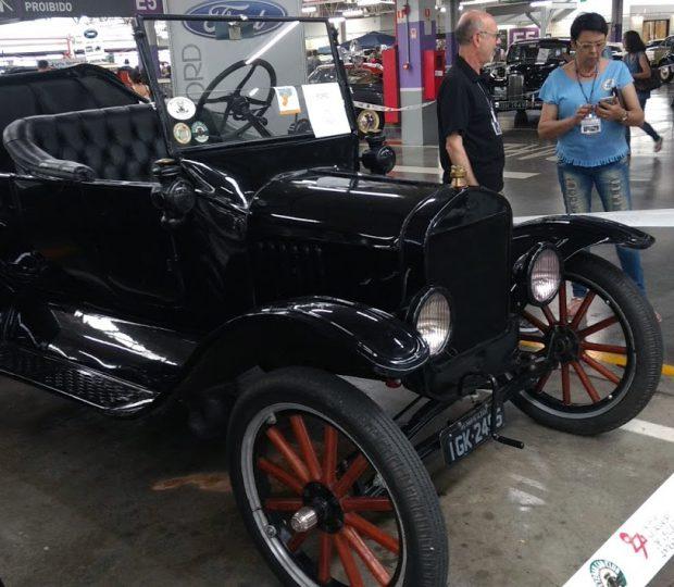 Encontro de carros antigos reúne memórias e histórias de quatro gerações