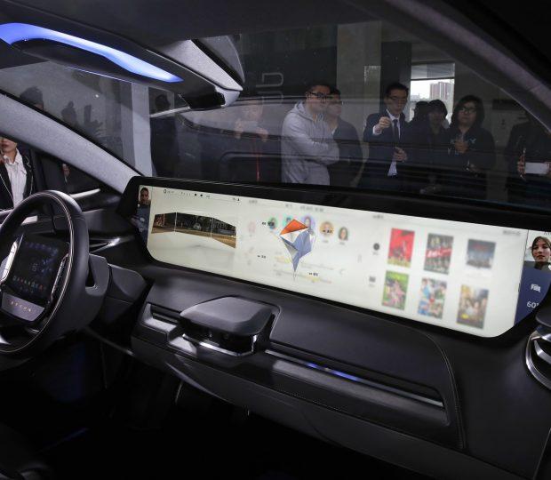 Carro com 'telão' de 49 polegadas causa frisson no Salão de Pequim