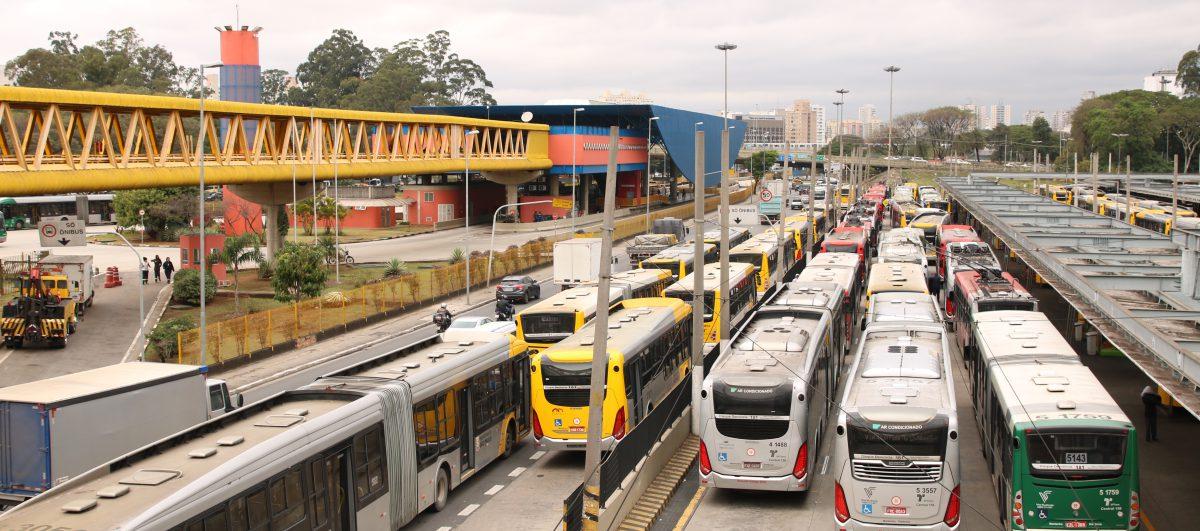 As oportunidades que surgem com o aumento de locação de ônibus e caminhões no País
